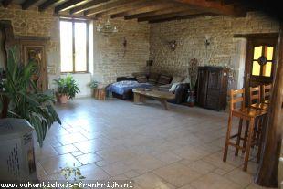 Vakantiehuis: Nérondes -Volledig vrij gelegen ruime woonboerderij met grote schuur op 1,7 hectare grond. te huur in Cher (Frankrijk)