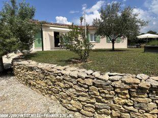 Vakantiehuis bij de golf: Heerlijk vrijstaand vakantiehuis met veel faciliteiten, in rustige woonwijk grenzend aan het centrum van Vaison la Romaine nabij de Mont Ventoux.
