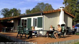 Vakantiehuis: Moderne vakantiebungalow in de Charente/Dordogne op vakantiepark Village Le Chat. Inclusief administratiekosten, kostenhuisdier en schoonmaakkosten.